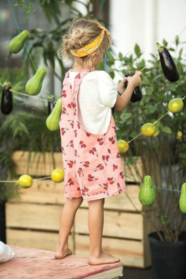 look salopette, petite fille, salopette rose à fruits, t-shirt blanc, bandeau jaune