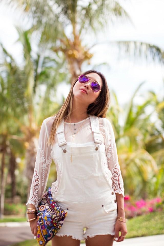 comment porter la salopette, sac à main multicolore, blouse blanche à dentelle