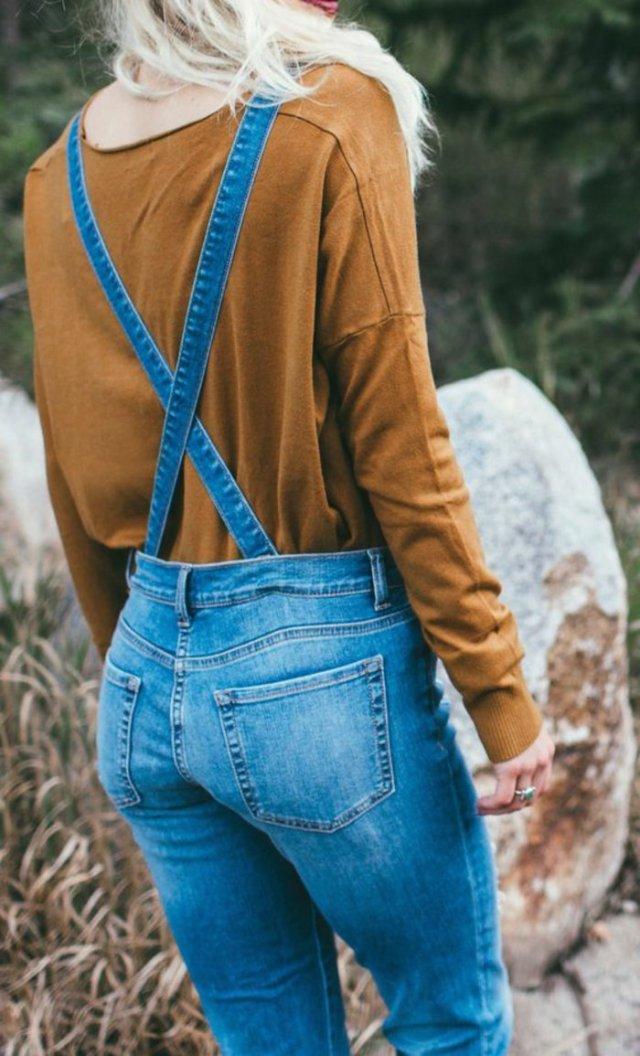 porter une salopette dans la nature, paire de salopettes en denim, blouse marron
