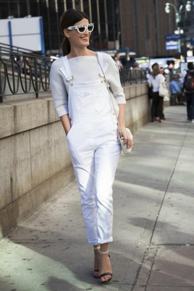 comment porter la salopette blanche, sandales noires, blouse blanche, pochette blanche