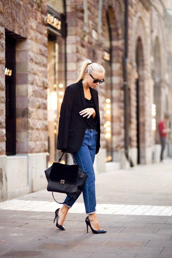 femme-jean-boyfriend-tenue-sac-a-main-lunettes-soleil-blonde-femme