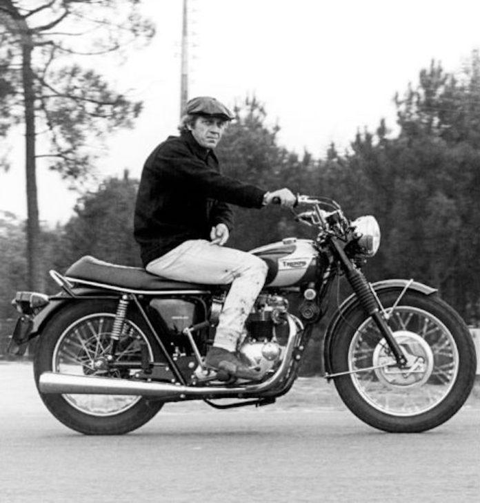 steve mc queen sur sa moto avec ses chaussures chukka