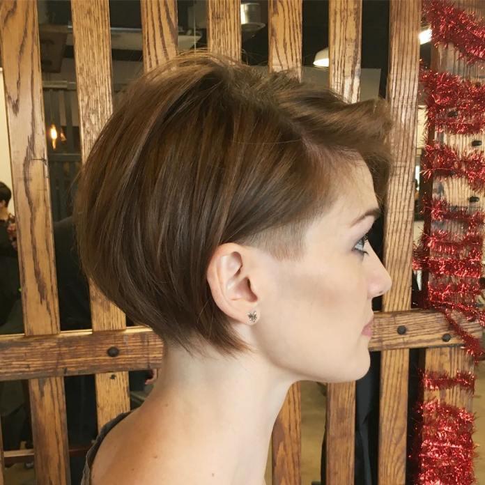 Coupe de cheveux courte et fine avec un temple rasé
