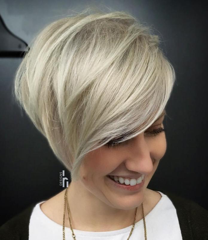 Blonde version plus longue de Pixie avec frange latérale pour serrures fines