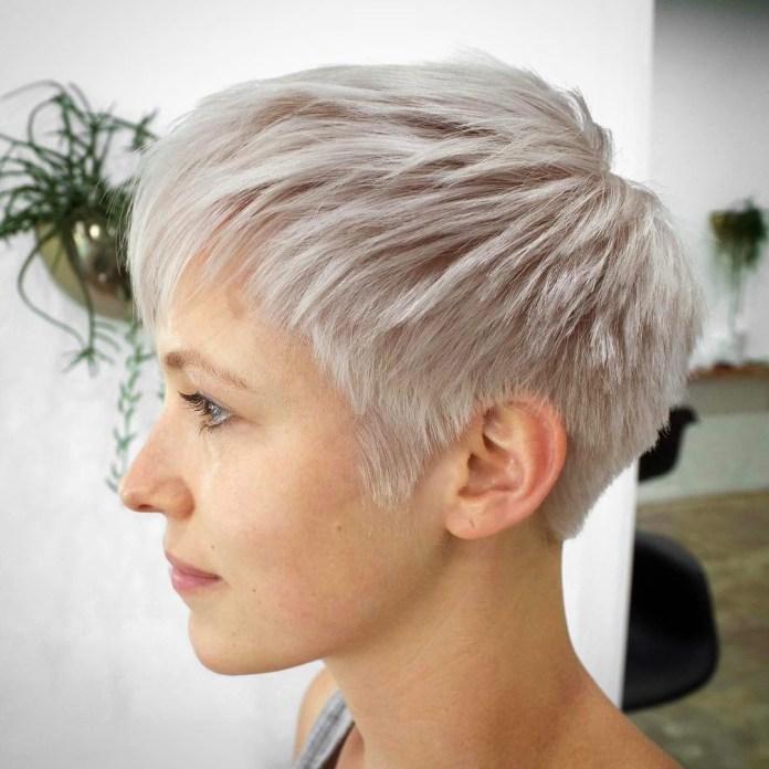 Coupe de cheveux fins blonde blanche extrêmement courte