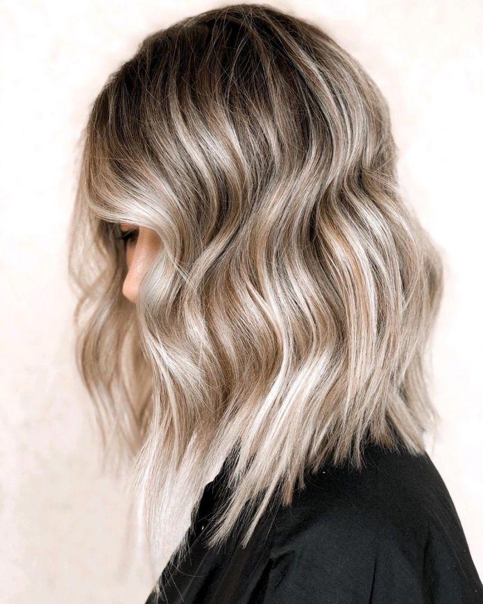 Balayage blond argenté avec racines noires