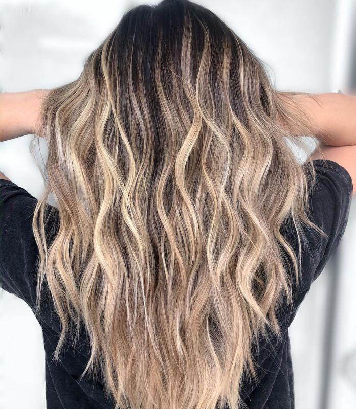 Balayage blond clair avec racines brunes