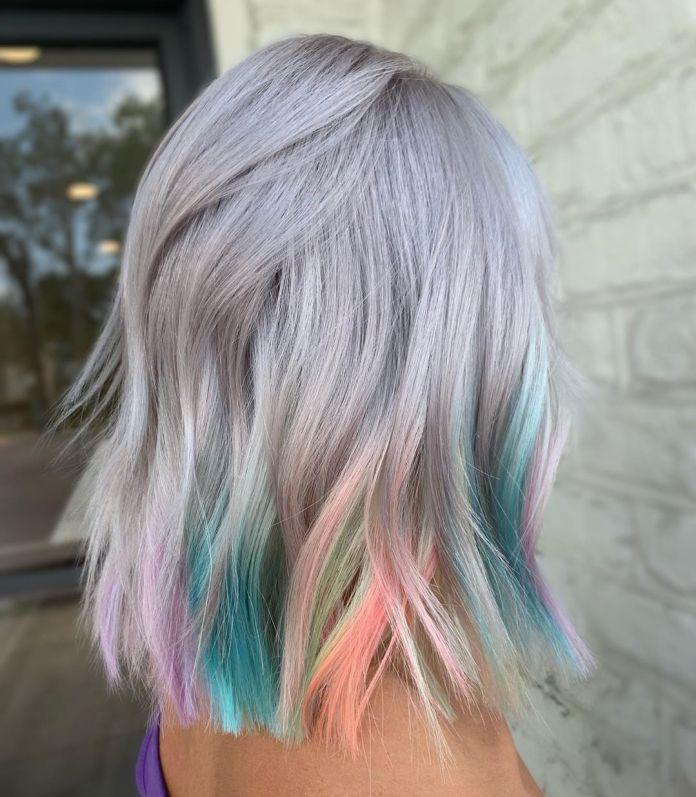 Cheveux gris avec des reflets arc-en-ciel