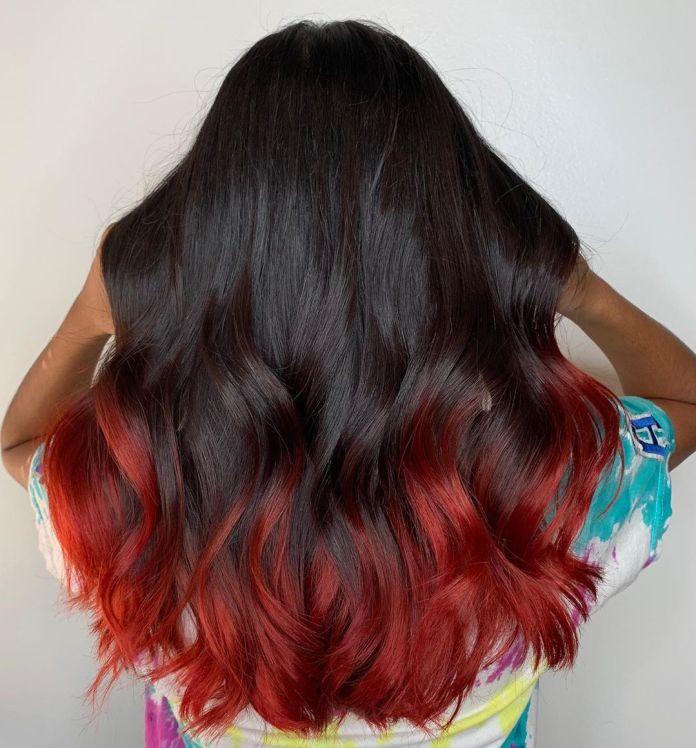 Cheveux bruns foncés avec des extrémités rouges