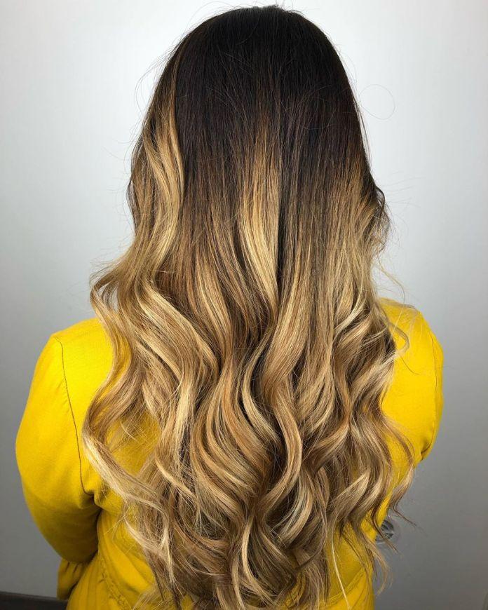 Cheveux bruns foncés avec ombre blonde