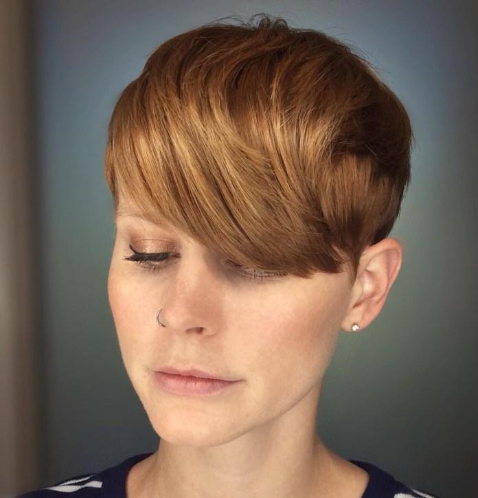 Coupe de cheveux de lutin avec une frange avant brossée