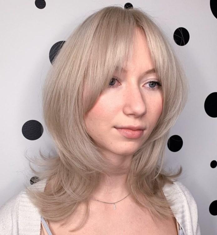 Cheveux mi-longs avec une frange centrale
