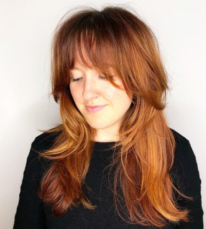 Coupes de cheveux longues en couches avec une frange
