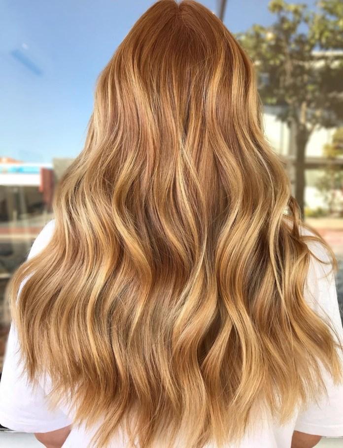 Cheveux bruns caramel avec des reflets blonds fraise