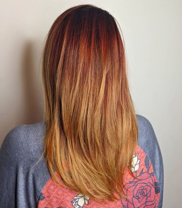 Cheveux roux avec des extrémités blondes à la fraise