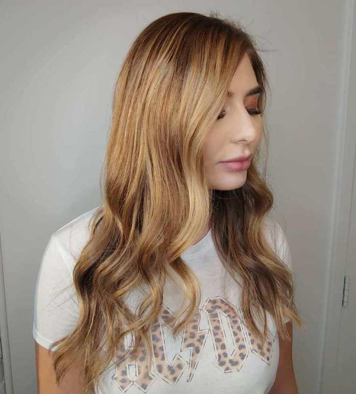 Longs cheveux blonds bruns avec des reflets fraises