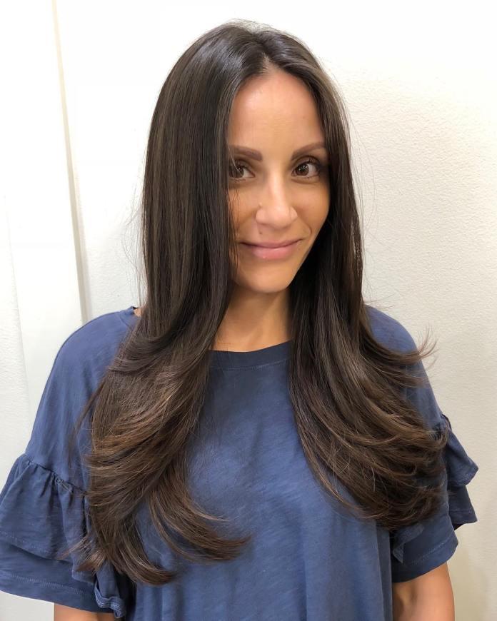 Cheveux longs avec une partie médiane