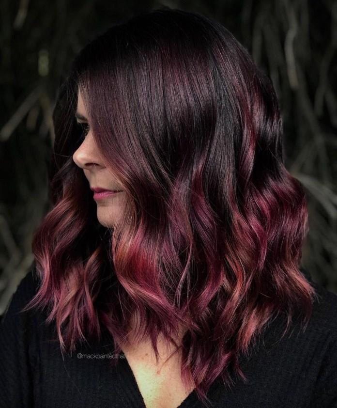 Balayage violet bourgogne pour brunes