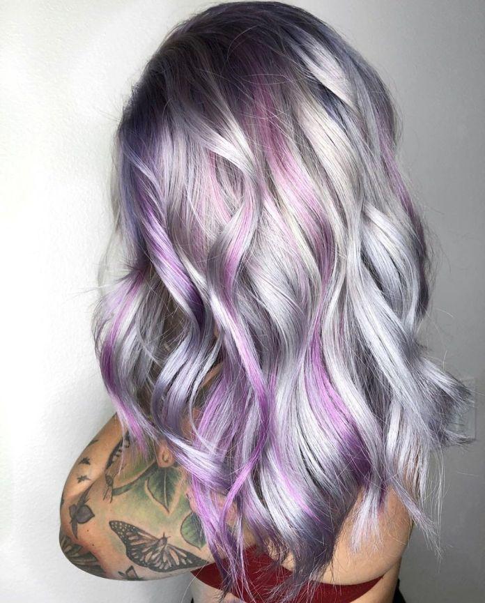 Cheveux argentés avec des stries violettes