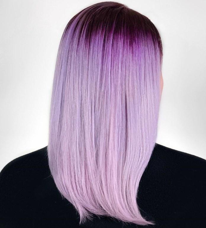 Cheveux blonds violet clair avec des racines foncées