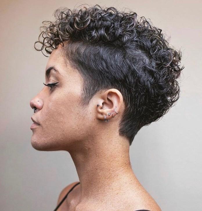Coiffure courte Undercut pour cheveux bouclés