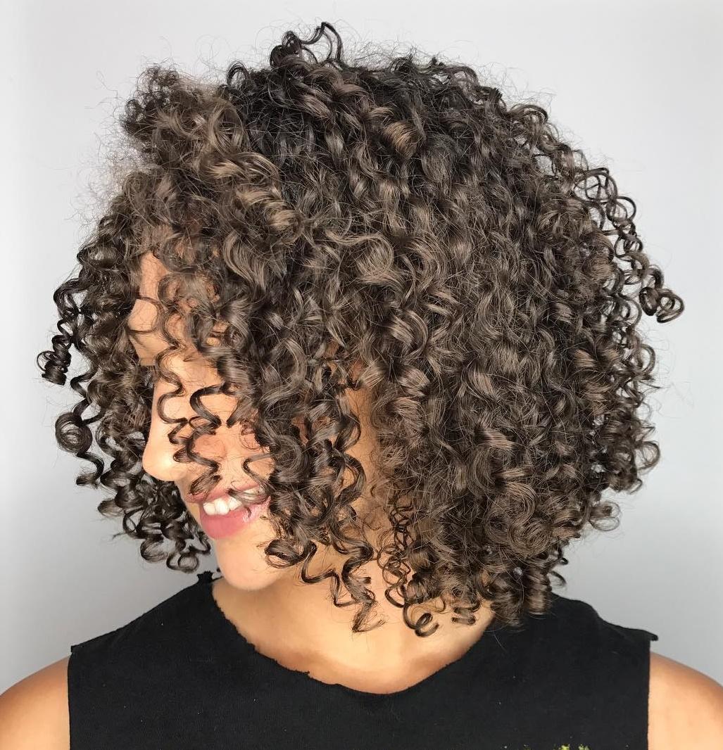 50 coiffures naturelles et idées de cheveux bouclés à essayer en 2020