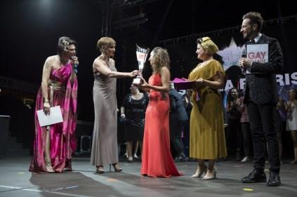 Gay Village RID - I conduttori, Vladimir e Ines Boom Boom, consegnano la coppa alla vincitrice Simona Farris
