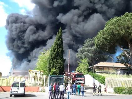 roma ecox pontina nube tossica allarme legambiente si teme disastro