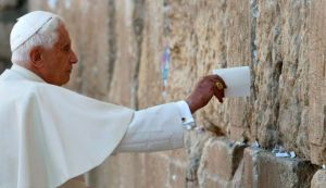 Pope Benedict XVI places a note in the Western Wall, Judaism's holiest prayer site, in Jerusalem's Old City May 12, 2009. (photo credit: Reuters)