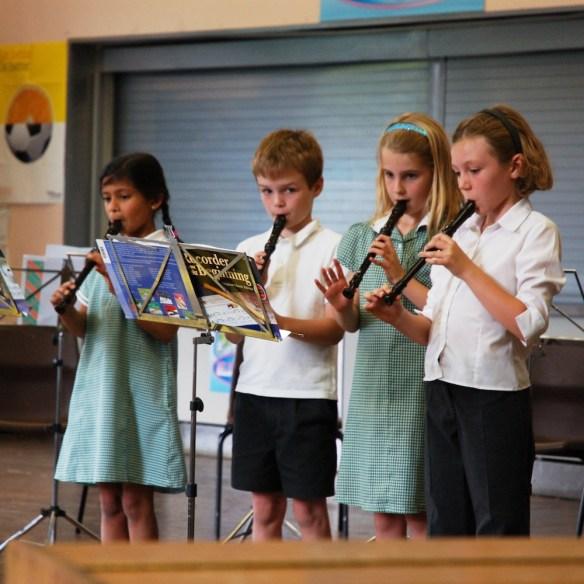 Grupo de escolares tocando la flauta de pico