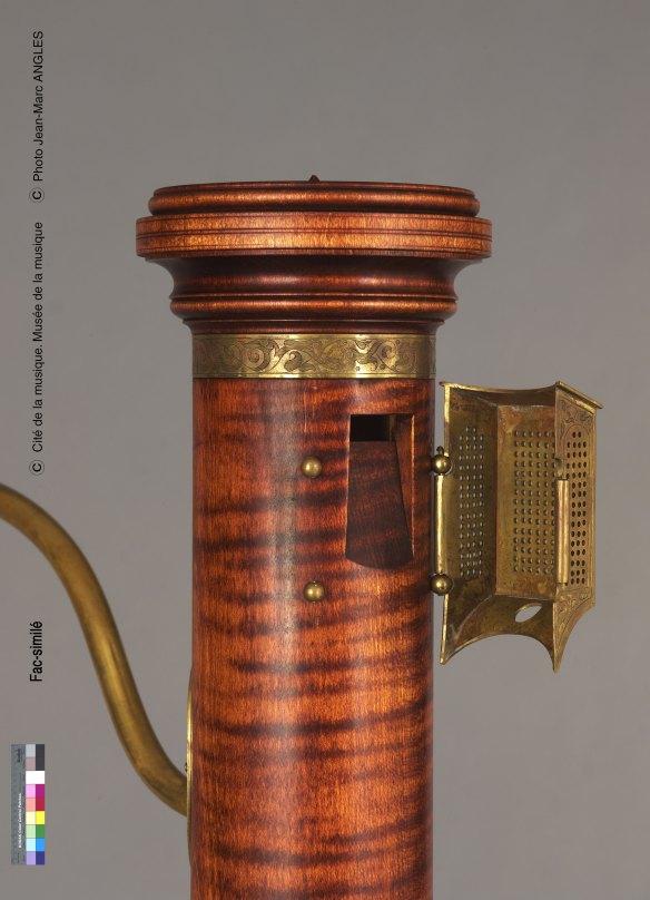 Figura 9: Detalle del <em>labium</em> de una flauta de columna tenor, copia del constructor Henri Gohin © Museo de la Música de París