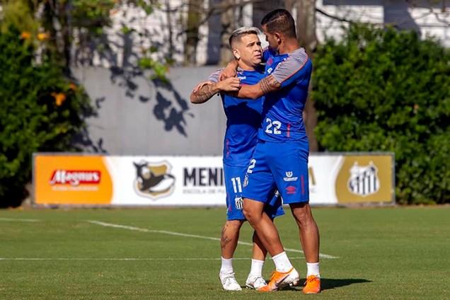 SANTOS,SP, 10.07.2019 - SANTOS - TREINO - Soteldo e Derliz Gonzalez, jogadores do Santos durante treino realizado no CT Rei Pelé, em Santos/SP, segunda-feira, 24.
