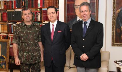 Presidente Carlos Eduardo Thompson Flores, General de Brigada Fernando Telles Ferreira Bandeira e o Coronel Carlos José Sampaio Malan.