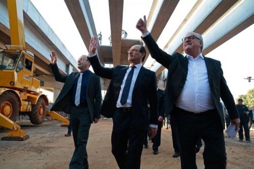 Foto: Governador José Ivo Sartori (centro) nas obras da RS 118. Foto divulgação/Palacio Piratini.