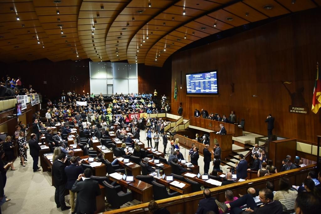 """EM REUNIÃO, DEPUTADOS DO """"ALTO CLERO"""" DIVIDEM 150 CARGOS NA ASSEMBLEIA LEGISLATIVA"""
