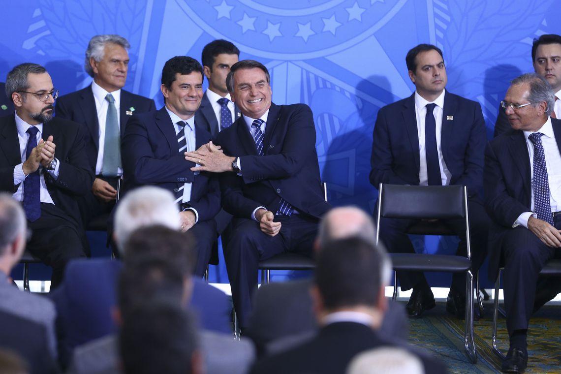 BOLSONARO SANCIONA LEI QUE APREENDE ARMA DE AGRESSORES DE MULHERES