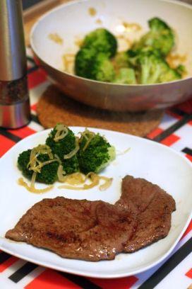 Friptura de vita cu broccoli sote cu usturoi crocant si sos de stridii