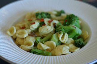 Orecchiette cu broccoli, usturoi si ardei iute