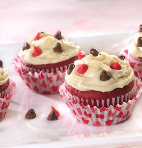 These Red Velvet Be Mine Valentine Cupcakes are so easy, the kids can help make these little Valentine cuties!! #cupcakes #dessert