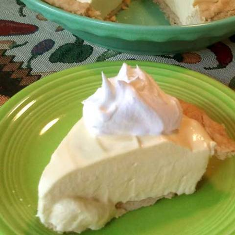 Only 4 ingredients are needed to make this no-bake lemon pie...SOOO easy! (and creamy and cold...perfect for those hot summer days!)
