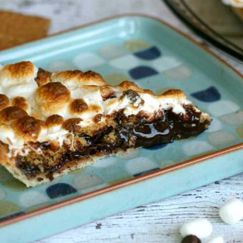 Recipe for Smores Pie - This S'mores Pie has every amazing element of the classic summer treat all inside a homemade pie crust!