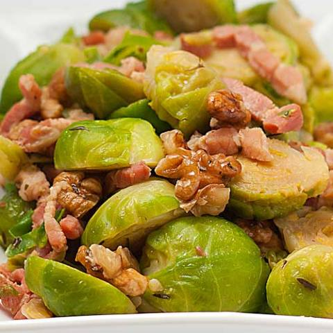 Recipe for Seared Brussels Sprouts With Bacon - Most people I know dislike brussels sprouts - which is a shame, as this little green dudes are made of health. But bacon? Everybody loves bacon, and anything with bacon tastes great!