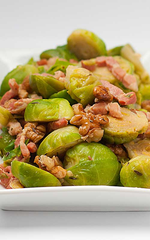 Most people I know dislike brussels sprouts - which is a shame, as this little green dudes are made of health. But bacon? Everybody loves bacon, and anything with bacon tastes great...just like these Seared Brussels Sprouts With Bacon!