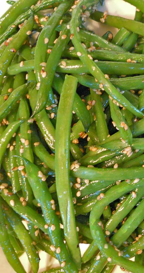 A quick and easy side dish recipe. These Sesame Green Beans are a perfect compliment to any holiday spread. #sidedish #greenbeans
