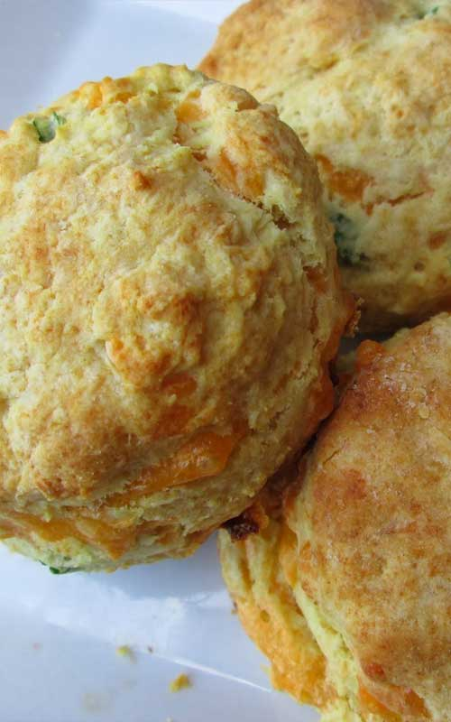 These Chive Biscuits are so easy, and so delicious. Especially when eaten fresh out of the oven. Make sure you have plenty of butter! #biscuits #bread