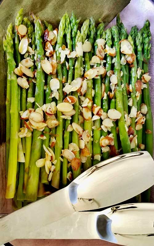 Recipe for Lemony Asparagus with Almonds - Looking for an easy, healthy, and delicious veggie side dish? Try this Lemony Asparagus with Almonds. The perfect way to welcome spring to your table. Try it with your dinner tonight!