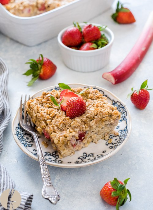 Overnight Strawberry Rhubarb Baked Oatmeal Crisp is chia overnight oats baked with fresh strawberries, rhubarb and a delicious crisp topping. It's fluffy, delicious and makes one special breakfast or brunch! #baked #oatmeal #overnight #strawberry #rhubarb #crisp #glutenfree #breakfast