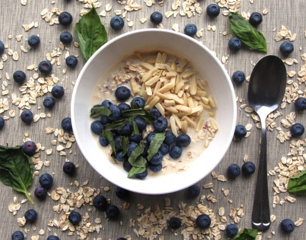 Easy vegan blueberry chia overnight oats recipe. Super tasty with protein and maple syrup.