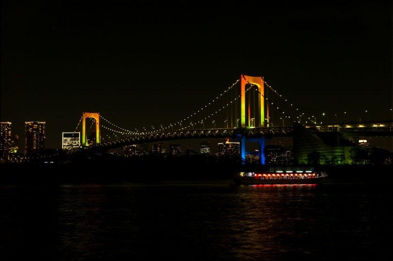 レインボーブリッジと屋形船 夜景