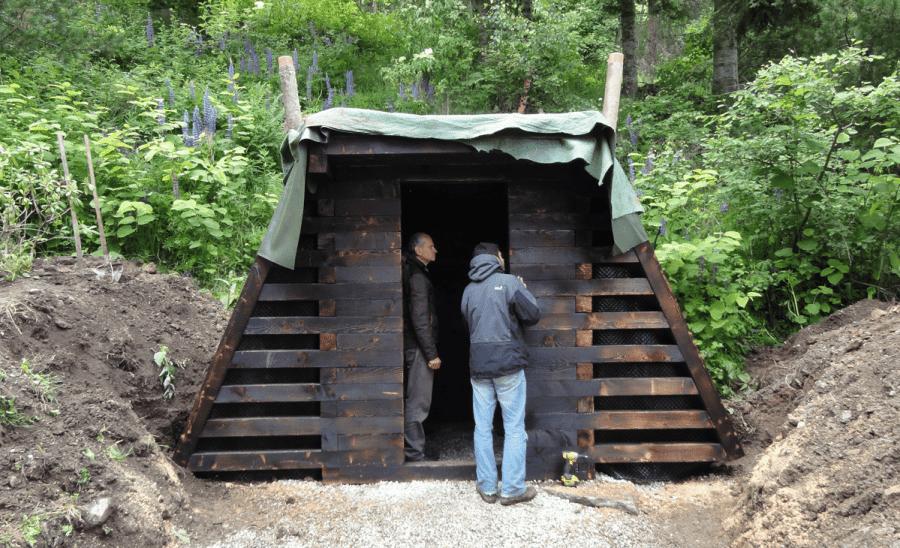 Kai begutachten den Erdkeller im Rohbau.